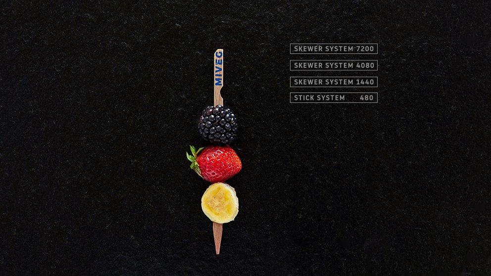 Miveg Skewer Systems · Obstspieß Banane Erdbeere Brombeere · Fruit skewer banana strawberry blackberry