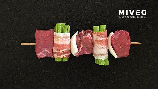 Miveg · Smarkt Skewer Systems · Filetspiess an Speckbohnen, gespießt · Filet skewer with bacon beans, skewered